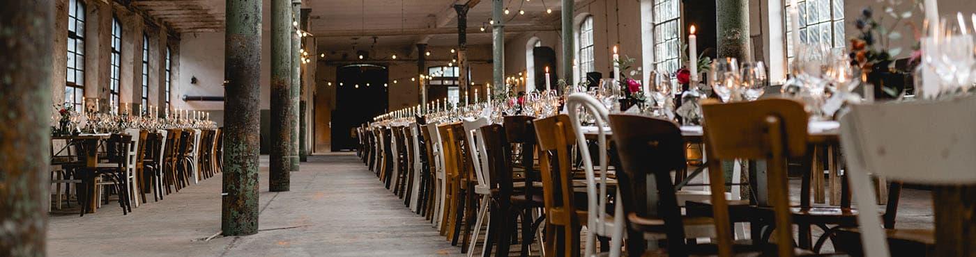 Header: Schön gedeckte Tische in der Eventlocation Alte Wollfabrik Moselkern bei Koblenz