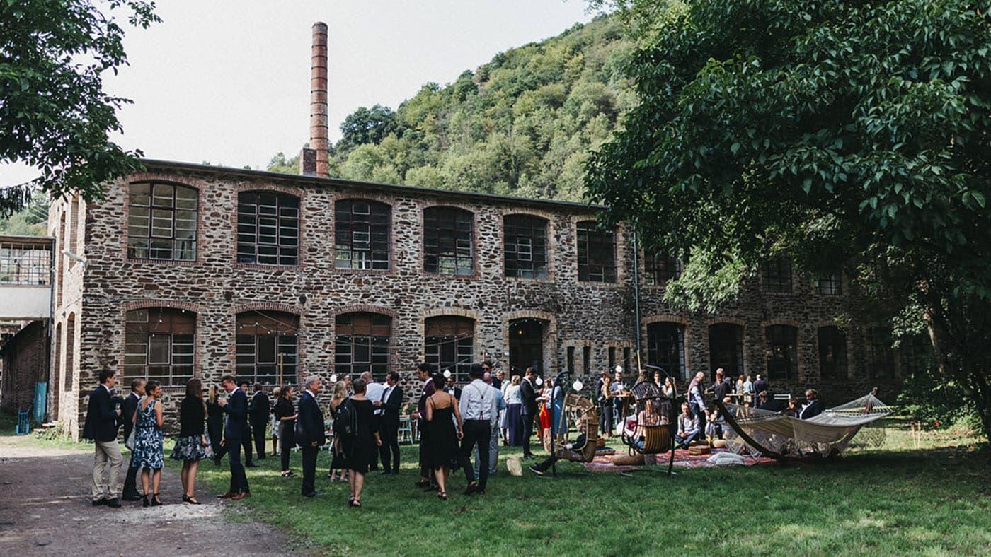 Abbildung: Hochzeit im Garten vor der Alten Wollfabrik Moselkern